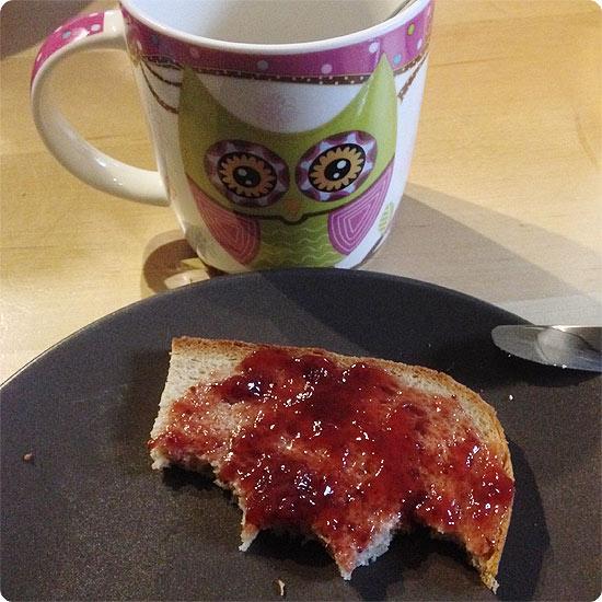 12 von 12 - Mai 2014 - Kaffee aus der Eulentasse und ein Marmeladenbrot