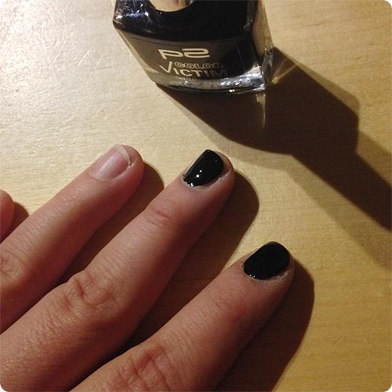 12 von 12 - Januar 2014 - Fingernägel lackieren - schwarz