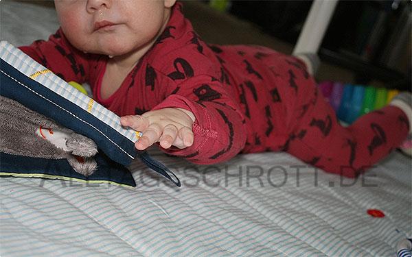 12 von 12 - Dezember 2015 - das Baby auf der Spieldecke