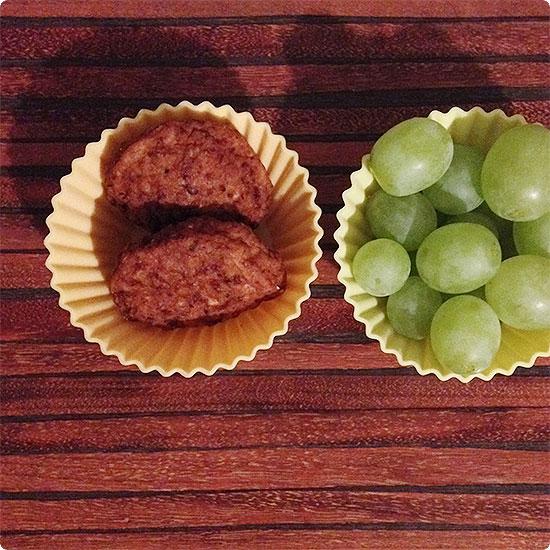 12 von 12 - Februar 2015 - Frikadellen und Trauben für die Brotdose für die Schule