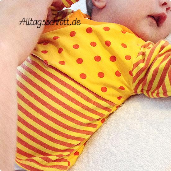 12 von 12 - Juni 2015 - Baby anziehen