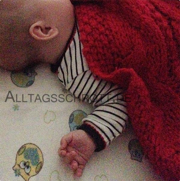 12 von 12 - September 2015 - Baby mit Wolldecke im Bett