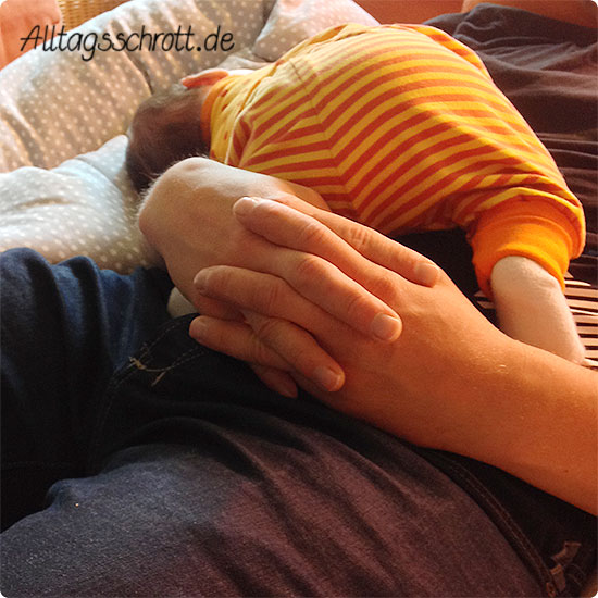 12 von 12 - Juni 2015 - Papa kuschelt mit dem Baby - Mittagsschlaf