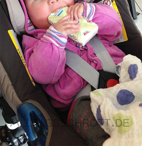12 von 12 - Oktober 2015 - Baby sabbert an Taschentücherpackung