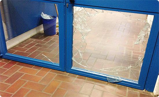 7 Tage - 7 Bilder | KW#9 | Einbruch in der Schule - Glastüre - Splitter