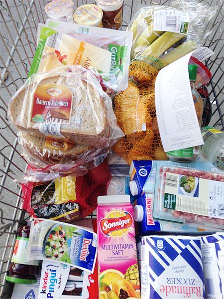 Einkauf - Einkaufswagen - nach der Kasse - Chaos