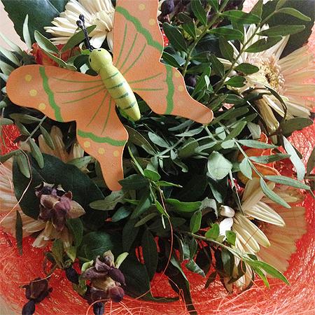 Etwas Blumiges? Der Blumenstrauss auf unserem Esstisch.