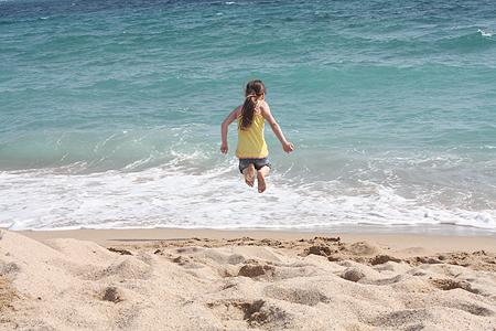 Cannes Sandstrand - die Prinzessin hüpft