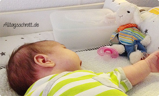 Wochenende in Bildern - Baby guckt Kuscheltier an