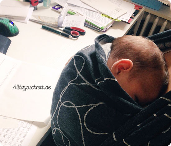 Wochenende in Bildern - Baby im Tragetuch für Büroarbeit