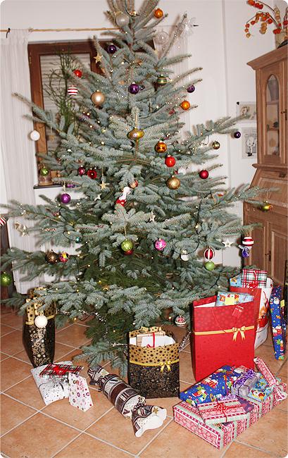 Heiligabend 2013 - der Weihnachtsbaum mit den Geschenken