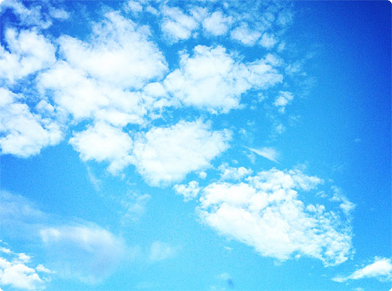 Sommerwetter im Frühling - Himmel - Wolken - blau - strahlend -