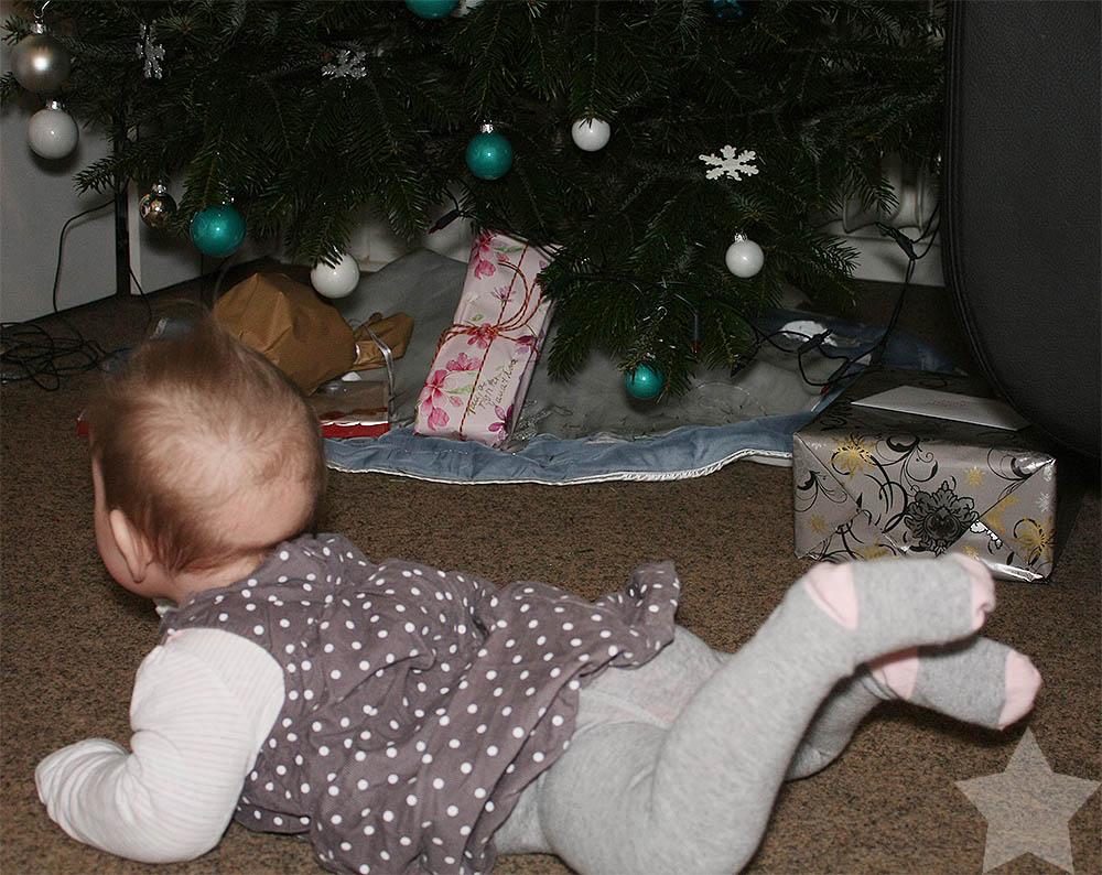 Baby vor dem Weihnachtsbaum