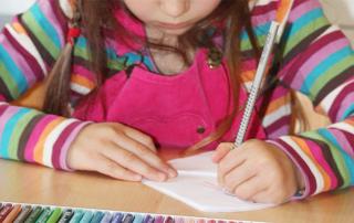 Einschulung mit fast 7 - meine Tochter in der Schule