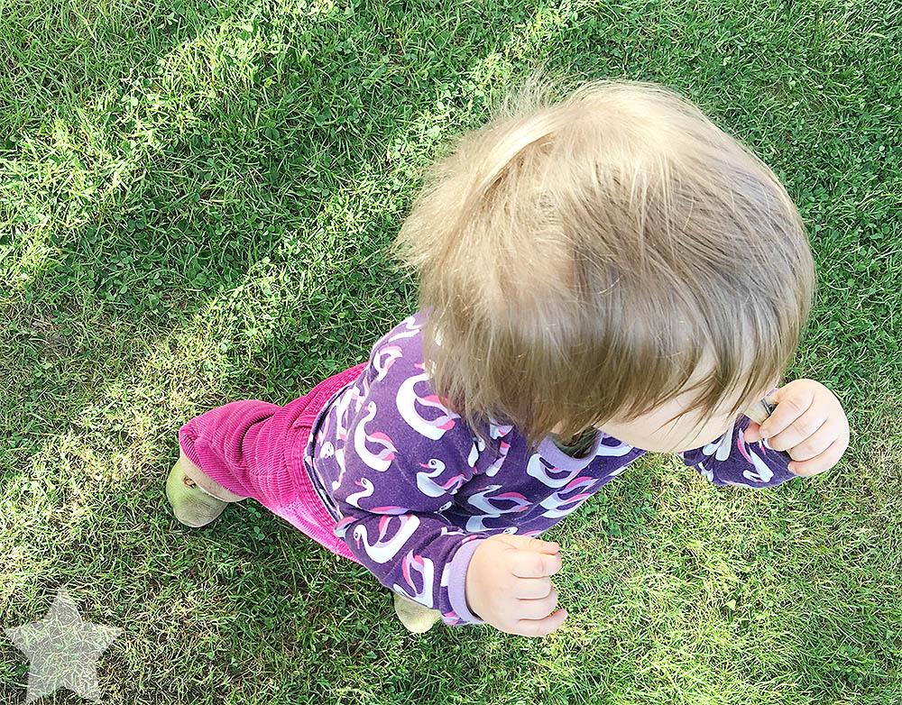 Wochenende in Bildern - ein Vorgeschmack auf den Sommer - Baby übt freies Stehen