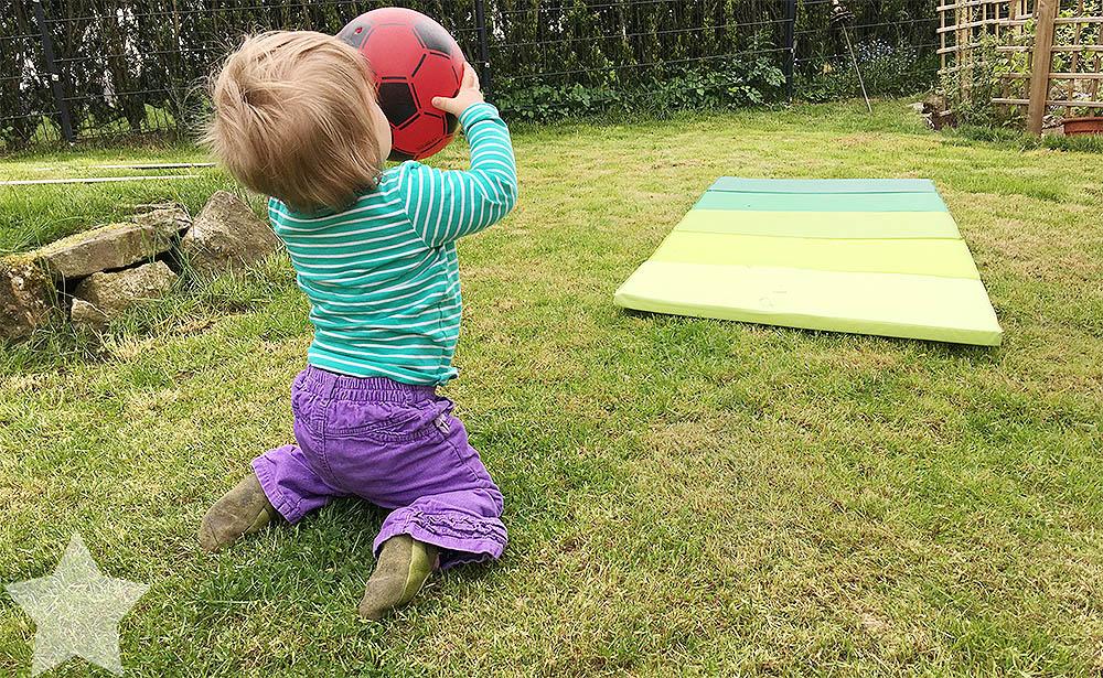 Wochenende in Bildern - ein Vorgeschmack auf den Sommer - Baby im Garten mit Ball