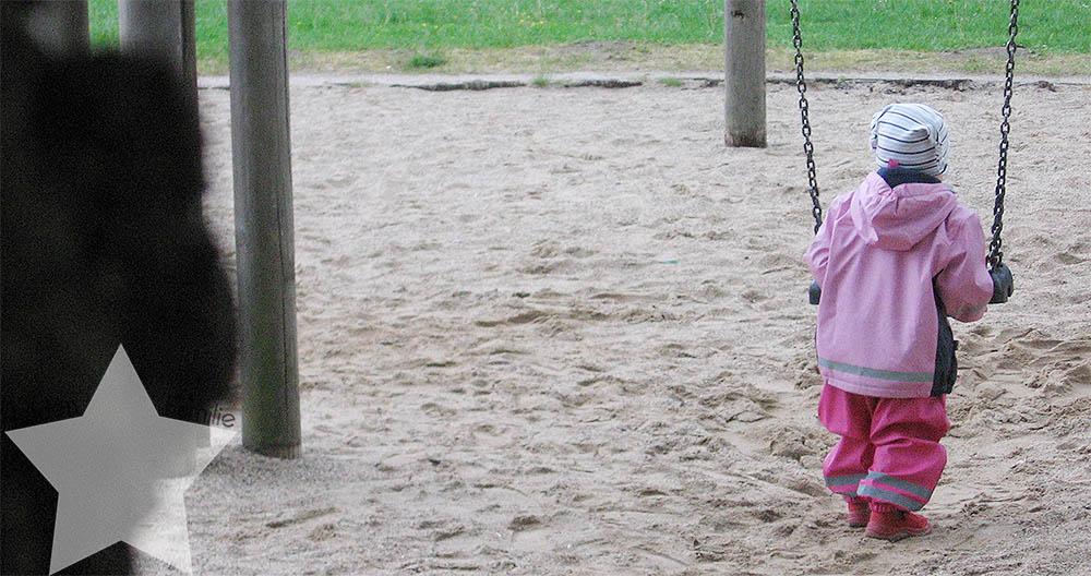 Helicopter Parenting - Helikopter Elternschaft - da hab ich keine Zeit für - Tochter alleine auf der Schaukel