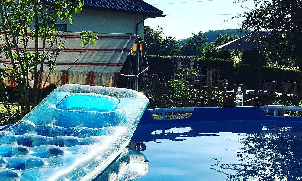 Ein Tag Sommer - Pool im Garten