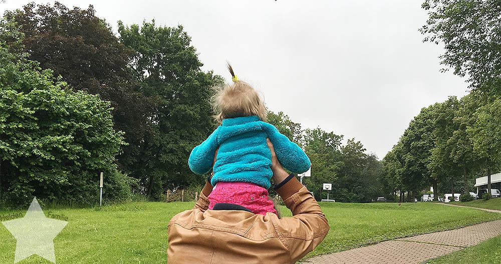 Wochenende in Bildern - Baby auf den Schultern tragen
