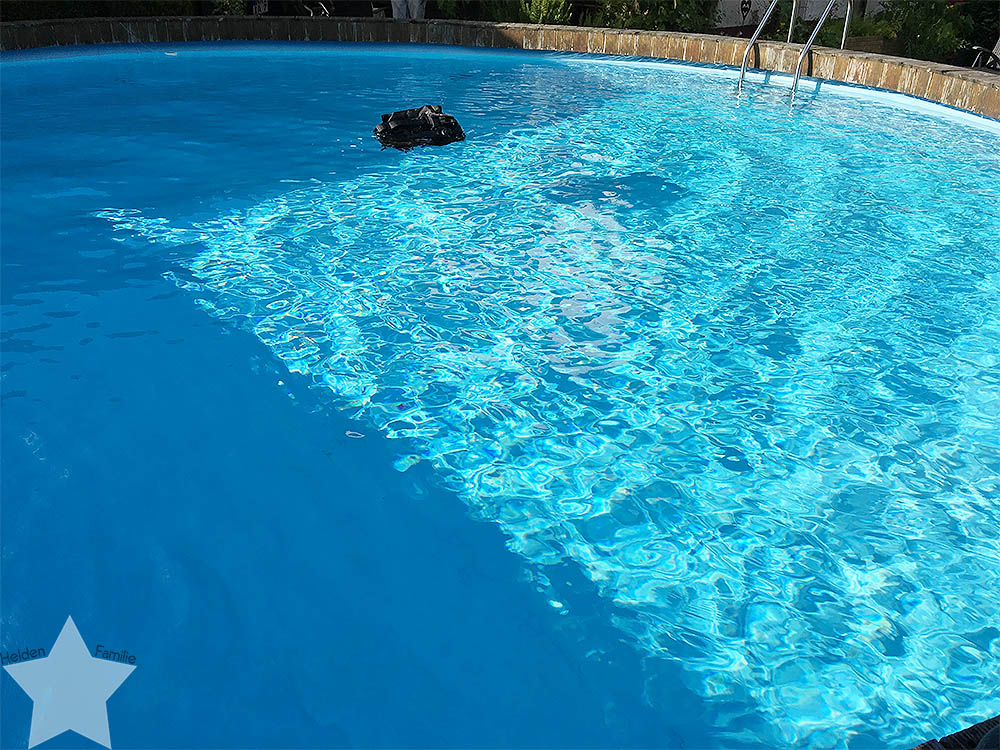 Pool-Party am Samstag - Jacket im Pool