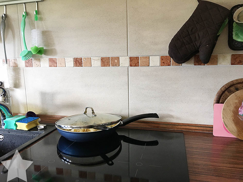 Pool-Party am Samstag - aufgeräumte Küche