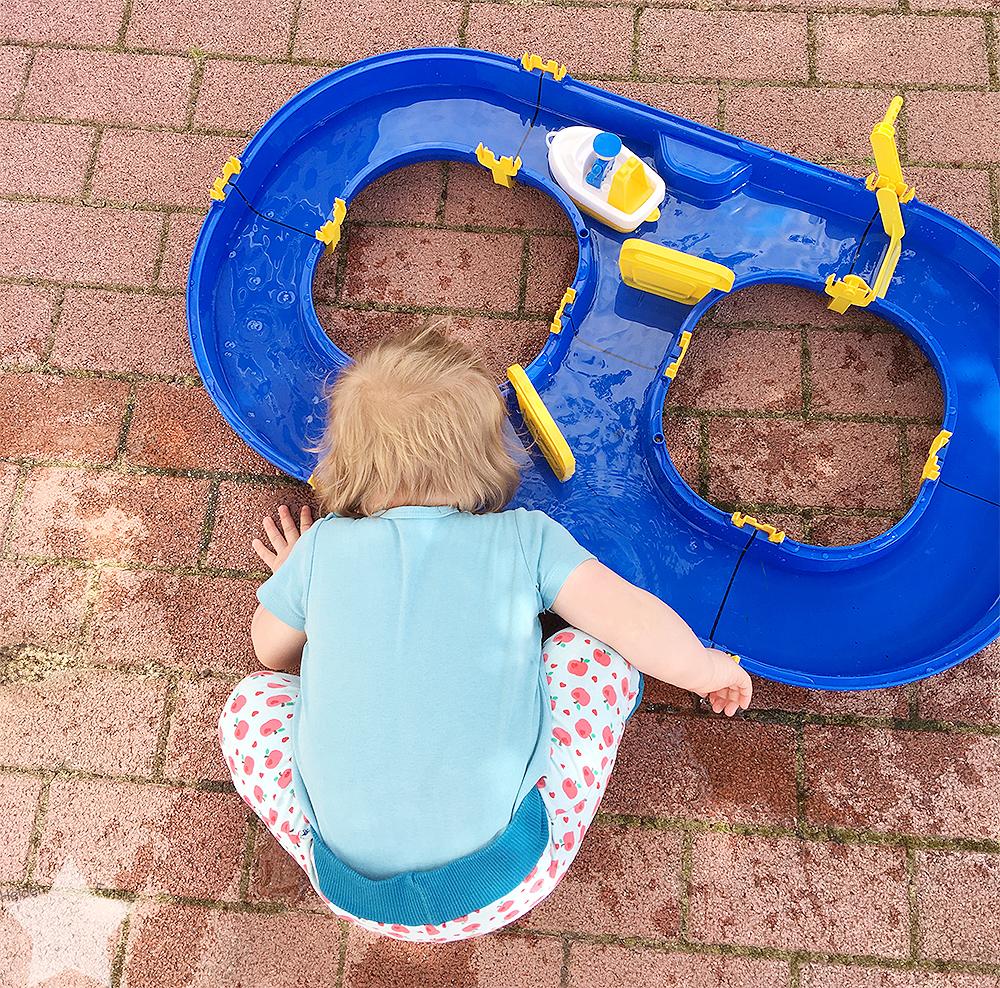 Wochenende in Bildern - Gartenidylle - Baby spielt am Waterplay