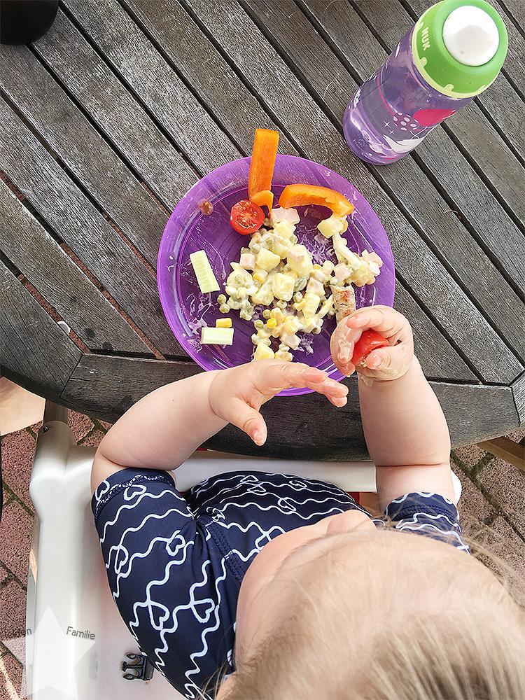 Wochenende in Bildern - Gartenidylle - Baby isst selbst