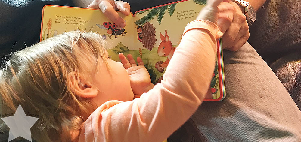 Wochenende in Bildern - Lotte kuschelt mit dem Buch