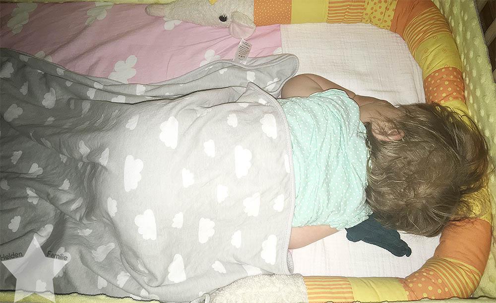 Wochenende in Bildern - pinke Hochzeit - Baby schläft auf dem Bauch