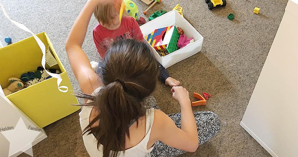 Wochenende in Bildern - Schuhkauf und Baby-Basar - Nina und Lotte spielen zusammen