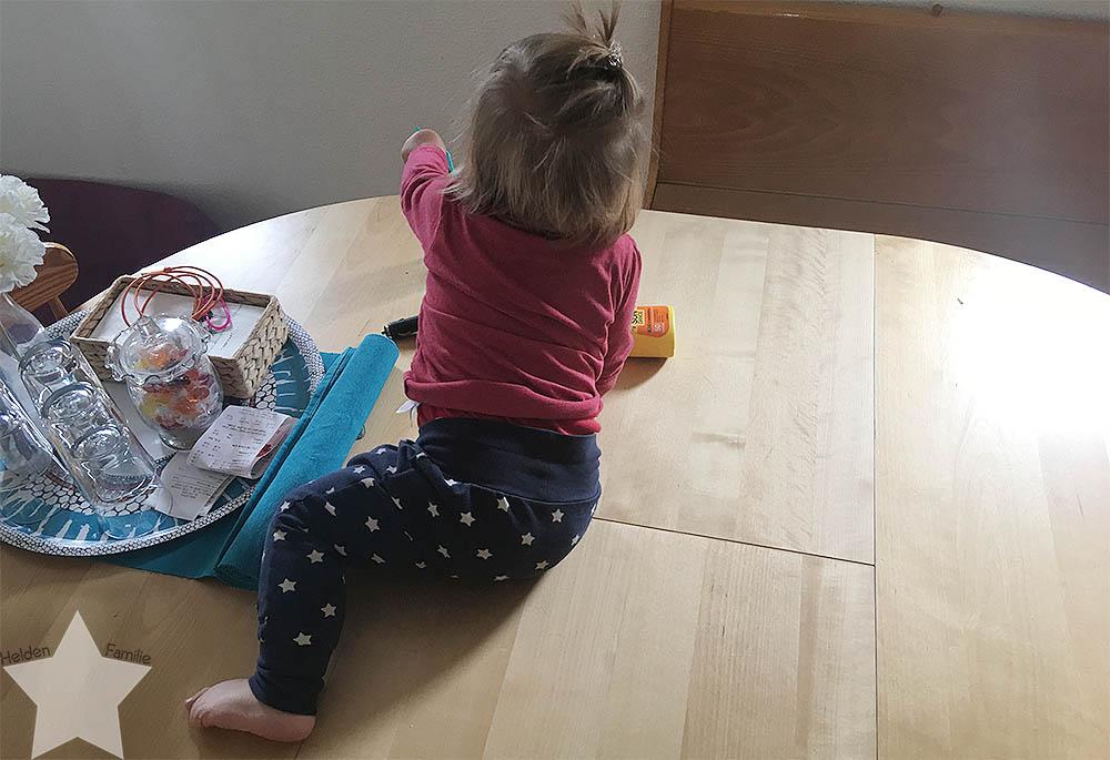 Wochenende in Bildern - Schuhkauf und Baby-Basar - Lotte sitzt auf dem Esstisch