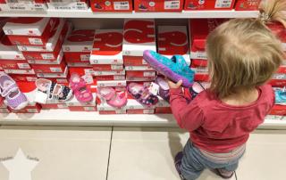 Wochenende in Bildern - Schuhkauf und Baby-Basar - Lotte guckt sich Schuhe an