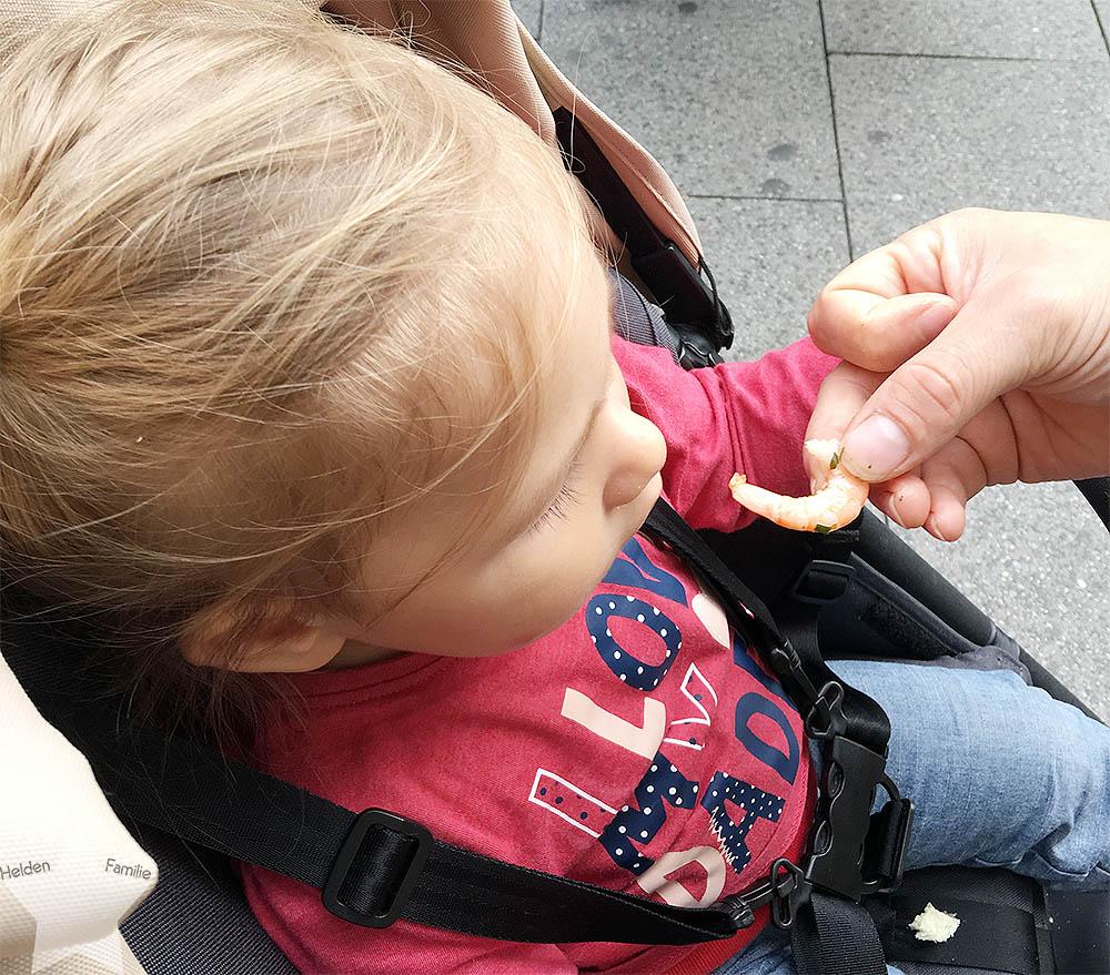 Wochenende in Bildern - Schuhkauf und Baby-Basar - Kleinkind isst Garnelen