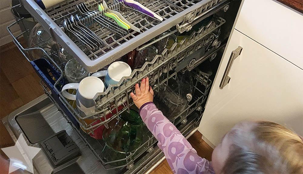Wochenende in Bildern - Schuhkauf und Baby-Basar - Kleinkind an Spülmaschine
