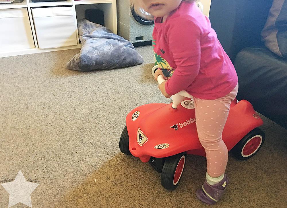 Wochenende in Bildern - 12. Geburtstag - Kleinkind klettert auf dem Bobby-Car