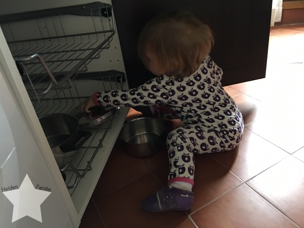 Wochenende in Bildern - Fahrt nach Italien - Kleinkind spielt mit Töpfen