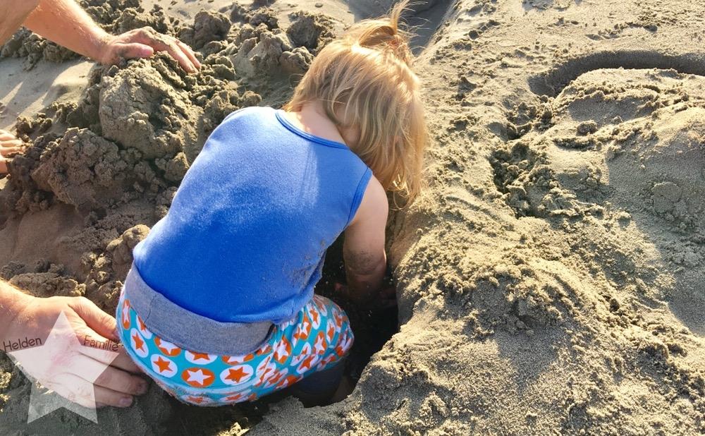 Wochenende in Bildern - Urlaub in Ligurien - Lotte spielt im Sand