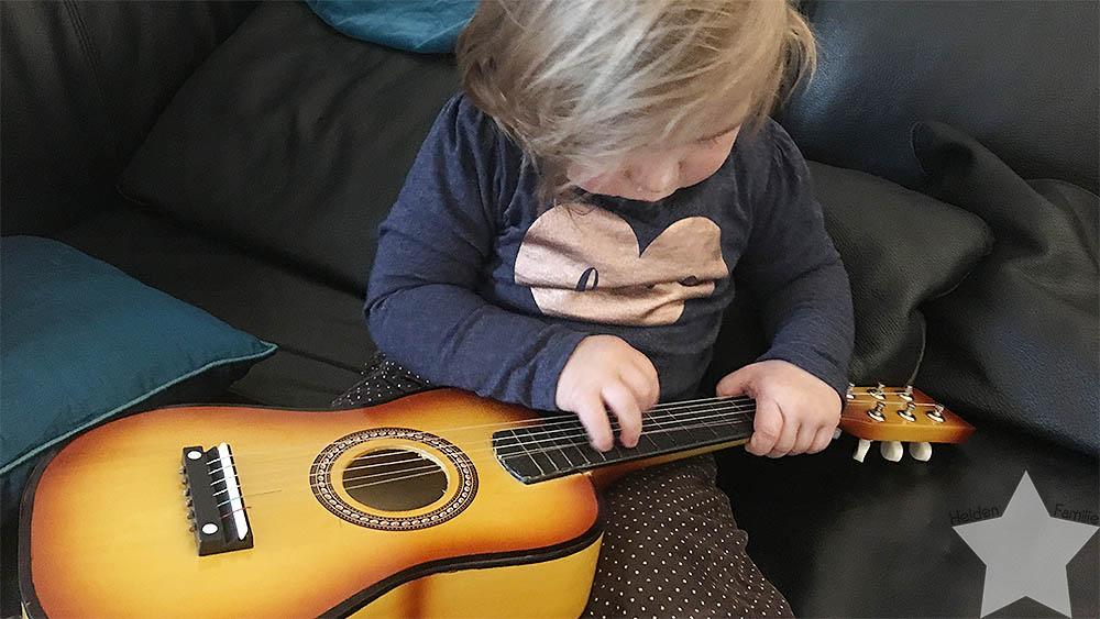 1. Adventswochenende in Bildern - Lotte spielt Gitarre