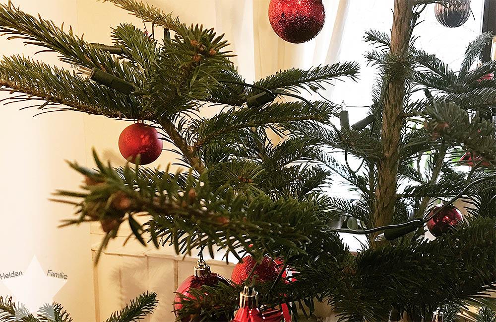 Weihnachten - Tannenbaum mit roten Kugeln
