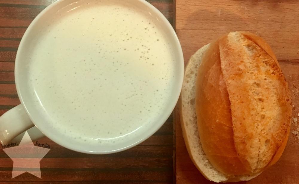 Wochenende in Bildern - Gesundwerden - heiße Milch mit Honig und Brötchen