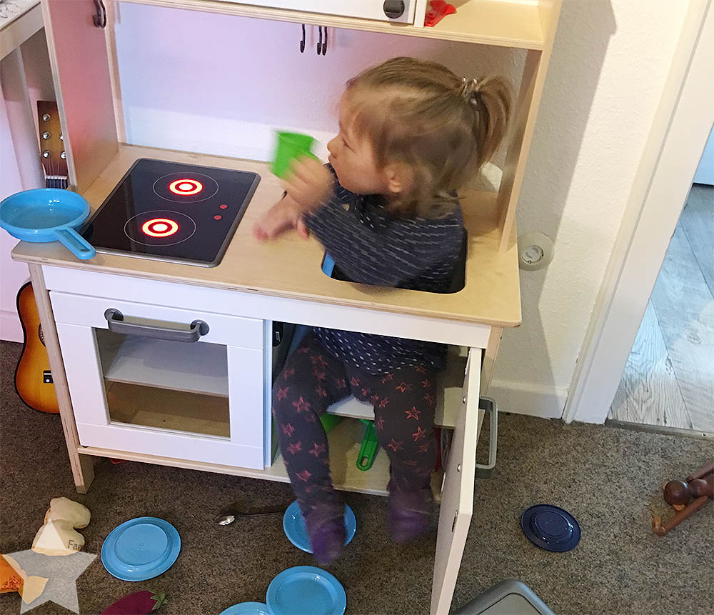 Jahreswechsel 2016/2017 - Kleinkind in der IKEA-Kinder-Küche