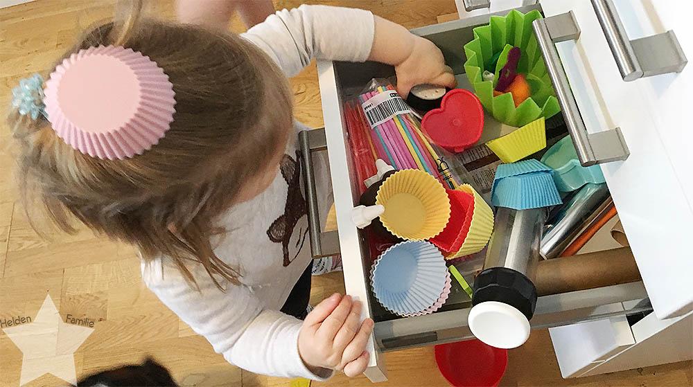 Wochenende in Bildern - Startschuss - Kleinkind spielt in der Küche