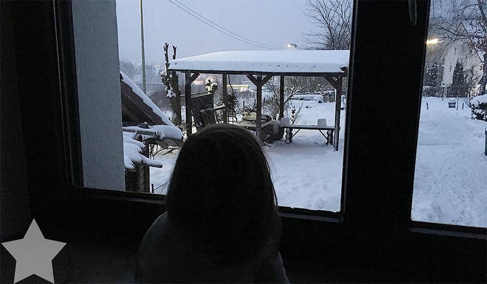 Wochenende in Bildern - Startschuss - Kleinkind guckt aus dem Fenster