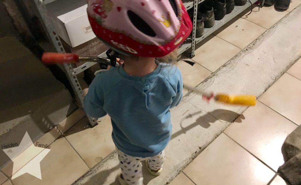 Wochenende in Bildern - Schlafdefizit & Familienzeit - Kleinkind spielt im Keller