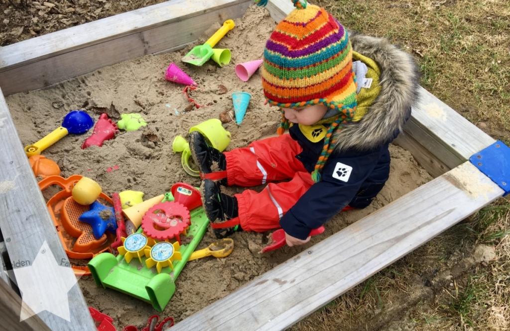 Wochenende in Bildern - Schlafdefizit & Familienzeit - Kleinkind im Sandkasten