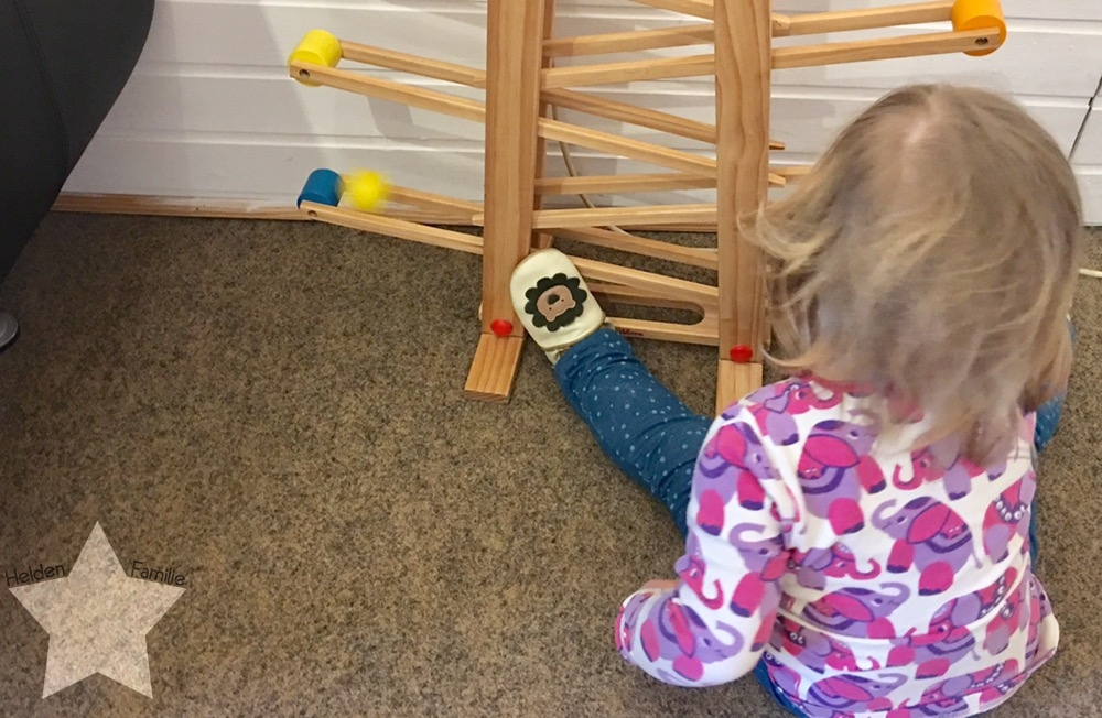 Bauchwehbaby und Abstillen - Kleinkind spielt mit Kugelbahn