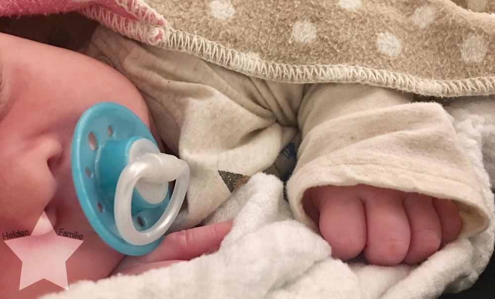 Bauchwehbaby und Abstillen - Baby kuschelt