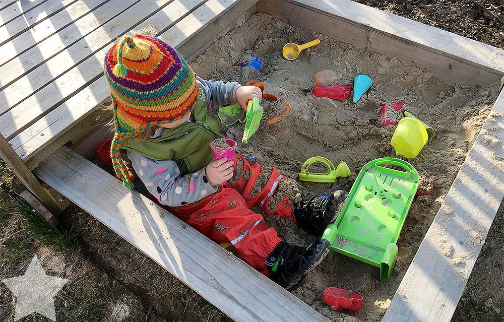 12von12 - Frühling - Kleinkind im Sandkasten