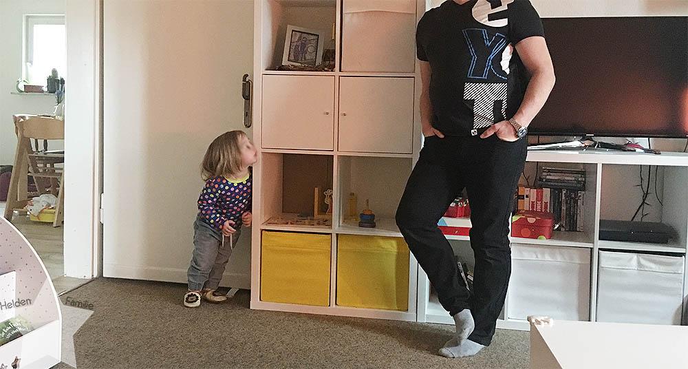 www-helden-familie.de | krank und schlaflos - Wochenende in Bildern - Kleinkind imitiert Papa
