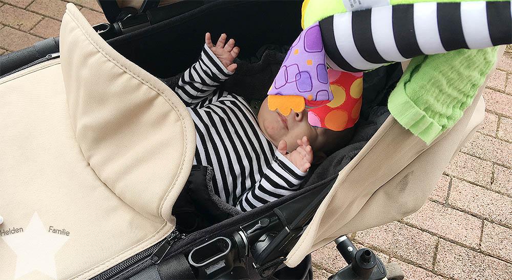 Angrillen und Sonntagseinladung - Wochenende in Bildern - www.helden-familie.de - Baby im Kinderwagen